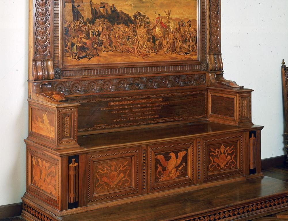 Cassapanca in legno con tarsie – Il Trionfo di Aureliano
